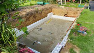 Pool bauen kosten: Preise kalkulieren und Pool im Garten mit Schwimmbecken selber bauen.